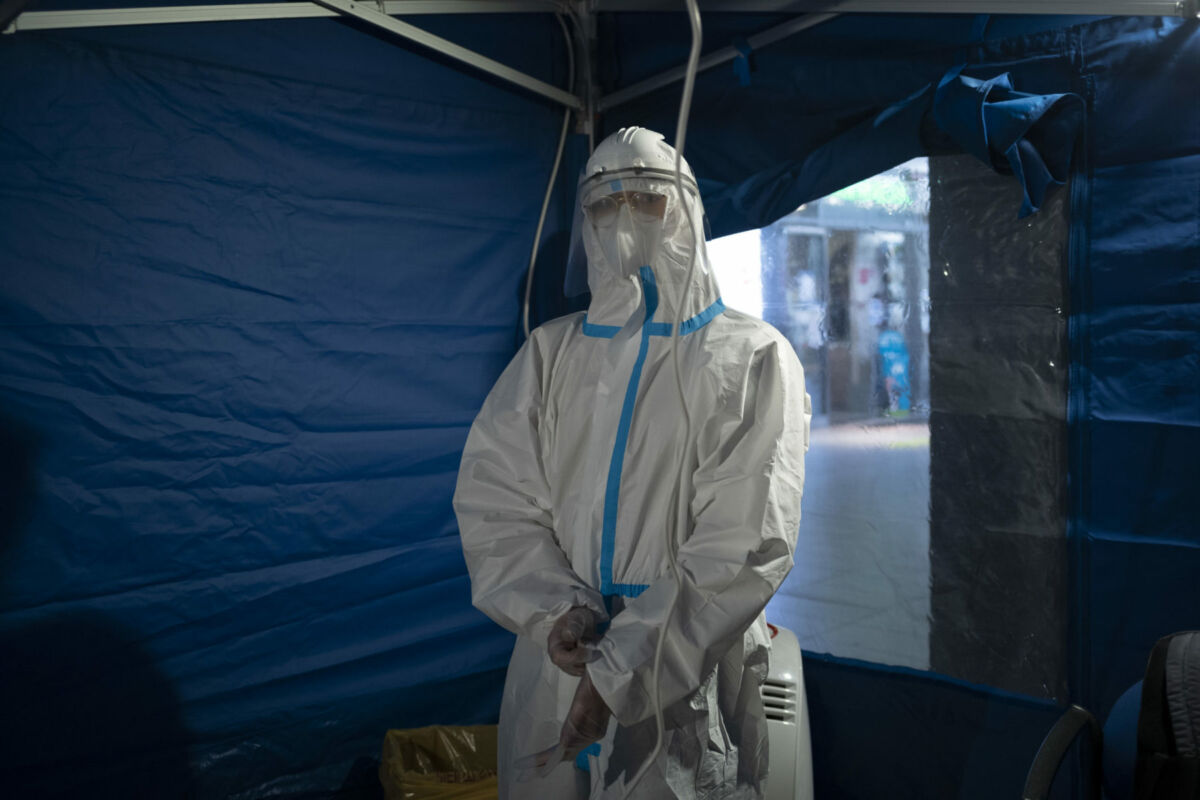December 12, 2020, Napoli, Napoli, Italy: ASL Napoli 1 has set up a tent to be able to make rapid swabs for the covid, in collaboration with Trenitalia and Grandi Station. (Credit Image: © Vincenzo Noletto/Pacific Press via ZUMA Wire)