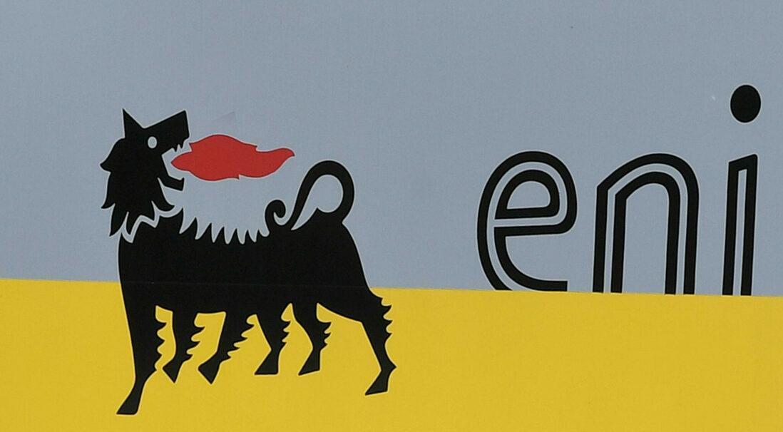 Cartelli con il logo di Eni esposti accanto a uno dei palazzi-uffici del gruppo a San Donato Milanese, 25 maggio 2021. Eni e A2a hanno firmato un accordo ventennale per la fornitura del calore che viene generato dal sito produttivo di Bolgiano di Enipower (società controllata al 100% da Eni) e che verrà utilizzato per alimentare la rete di teleriscaldamento di Milano. Grazie a questo accordo sarà possibile fornire alla rete di Milano calore cogenerato a basso impatto ambientale per circa 54 gigawattora all'anno, che equivalgono al fabbisogno medio annuo di circa 6.000 famiglie. ANSA/DANIEL DAL ZENNARO