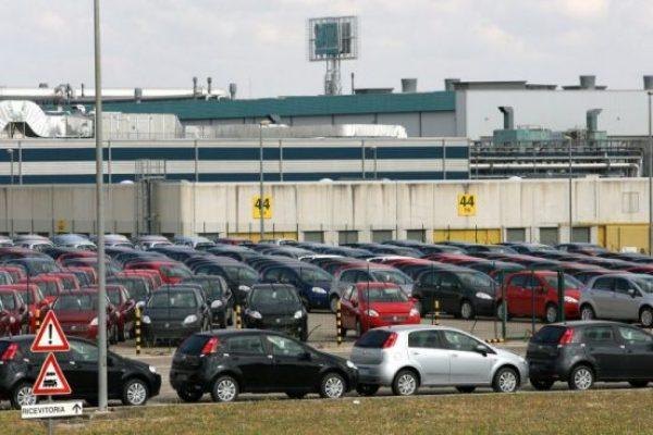 20090604 - SAN NICOLA DI MELFI (POTENZA) - LAB -FIAT: MELFI; DOPO L'ACCORDO RIPRESA PRODUZIONE GRANDE PUNTO - Centinaia di ' Grande Punto ' all'esterno degli stabilimenti di Melfi (Potenza), oggi 4 giugno 2009. E' ripresa stamani, la produzione della ''Grande Punto'' che era stata interrotta la scorsa settimana per lo sciopero di due aziende dell'indotto, Plastic components e Sistemi sospensioni, del gruppo Magneti Marelli. Lo hanno riferito Uilm e Fim. La notte scorsa, a Potenza, e' stato raggiunto l'accordo per 13 lavoratori interinali della Plastic components il cui contratto era scaduto il 16 maggio scorso (e che non era stato rinnovato) e che saranno assunti in altre aziende dell'area. ANSA / TONY VECE / KLD