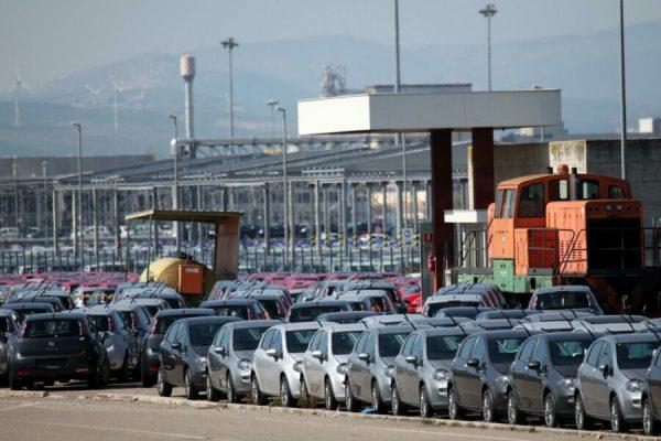 Parte delle ventimila autovetture ferme nei piazzali della Fiat Sata di Melfi (Potenza), 15 marzo 2012, dove a causa del protrarsi dello sciopero delle bisarche la produzione di auto nuove e' ferma. Domani si fermeranno a causa dello sciopero delle bisarche tutti gli stabilimenti della Fiat: Melfi, Pomigliano, Cassino e Sevel. A Mirafiori non si lavora per la cassa integrazione.ANSA/ANTONIO VECE