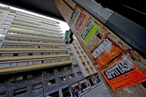 Mercato immobiliare in crisi: cartelli di affittasi e vendesi a Napoli.ANSA / CIRO FUSCO