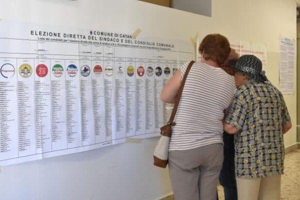 Elettori nel seggio elettorale della scuola Carducci di Catania, nel giorno del voto per il rinnovo dei sindaci e dei Consigli comunali, 10 giugno 2018. ANSA/ORIETTA SCARDINO