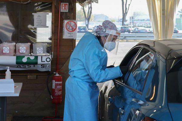 Tamponi drive-in all'Hub Centro territoriale, Brescia, 11 novembre 2020. Ansa Filippo Venezia