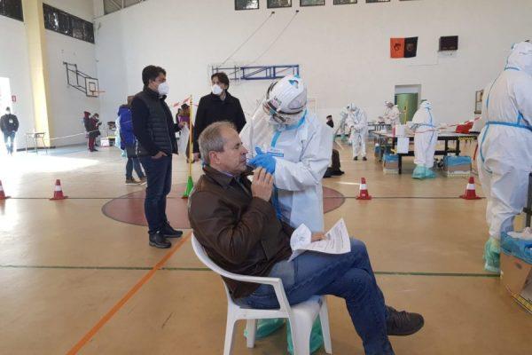 Tampone ad Andrea Crisanti, il microbiologo e ordinario dell'Università di Padova che ha messo a punto lo screening di massa voluto dalla Regione con la campagna