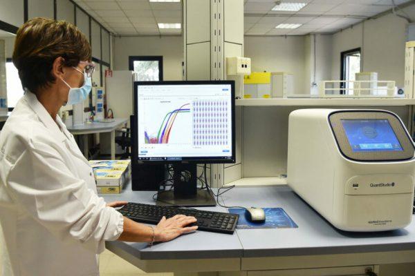 Il nuovo laboratorio regionale di biologia molecolare dell'Arpa per l'analisi dei tamponi Covid-19 inaugurato a La Loggia, Torino, 2 settembre 2020. ANSA/ALESSANDRO DI MARCO