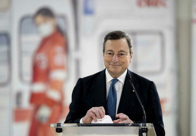 epa09069977 Italian Premier Mario Draghi visits Covid-19 vaccination center in Fiumicino, near Rome, Italy, 12 March 2021. EPA/MONALDO / POOL
