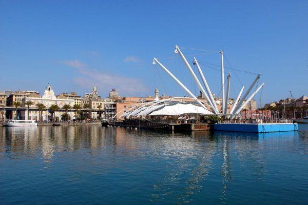 Genova, porto antico. Veduta con il Bigo, a sinistra Palazzo S.Giorgio.