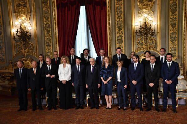 La foto di gruppo della squadra di Governo con il presidente della Repubblica Sergio Mattarella (C) al Quirinale, Roma, 1 giugno 2018. ANSA/ALESSANDRO DI MEO
