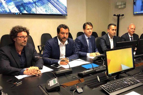 Da sinistra: il ministro delle Infrastrutture Danilo Toninelli, il ministro dell'Interno e vicepremier Matteo Salvini, il presidente del Consiglio Giuseppe Conte e il ministro dello Sviluppo economico e vicepremier, Luigi Di Maio, durante il Consiglio dei Ministri straordinario dopo il crollo del ponte Morandi a Genova, 15 agosto 2018.FACEBOOK MATTEO SALVINI+++ATTENZIONE LA FOTO NON PUO' ESSERE PUBBLICATA O RIPRODOTTA SENZA L'AUTORIZZAZIONE DELLA FONTE DI ORIGINE CUI SI RINVIA +++ NO-NO SALES EDITORIAL USE ONLY++