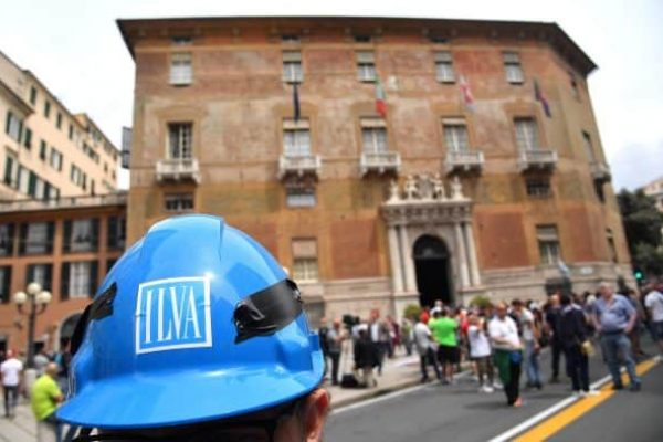 I lavoratori dello stabilimento Ilva di Genova Cornigliano in corteo per difendere il loro posto di lavoro dopo l'ufficializzazione che la cordata che acquisira' il gruppo ha annunciato un taglio di oltre 5000 dipendenti, Genova, 5 giugno 2017. ANSA/LUCA ZENNARO