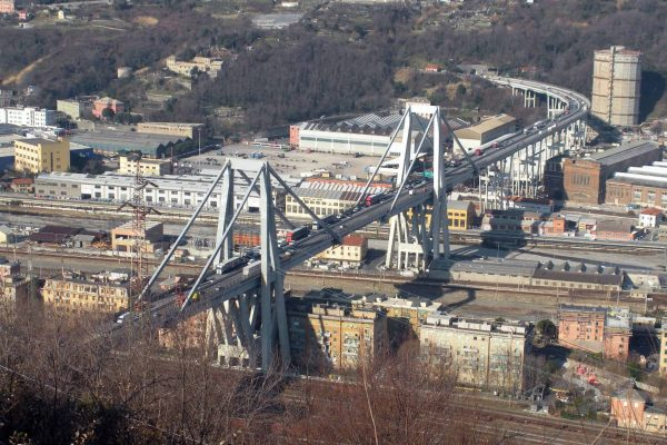 Il viadotto Morandi a Genova, in una foto tratta da Wikipedia. ANSA/ WEB/ WIKIPEDIA +++ ANSA PROVIDES ACCESS TO THIS HANDOUT PHOTO TO BE USED SOLELY TO ILLUSTRATE NEWS REPORTING OR COMMENTARY ON THE FACTS OR EVENTS DEPICTED IN THIS IMAGE; NO ARCHIVING; NO LICENSING +++