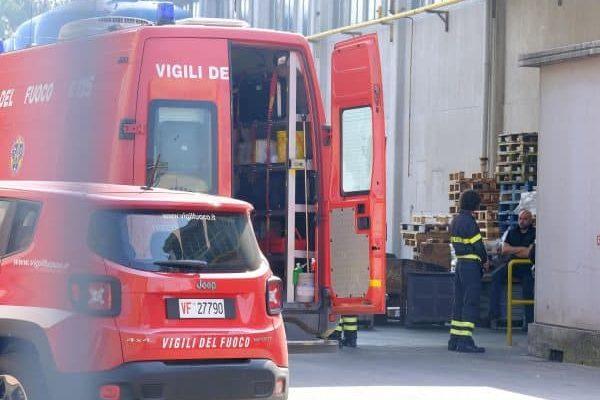 Carabinieri e Vigili del fuoco eseguono i rilievi nell'azienda Zincoplating dove due operai sono caduti in una cisterna di acido cloridrico, Torino, 10 Aprile 2017. ANSA/ALESSANDRO DI MARCO