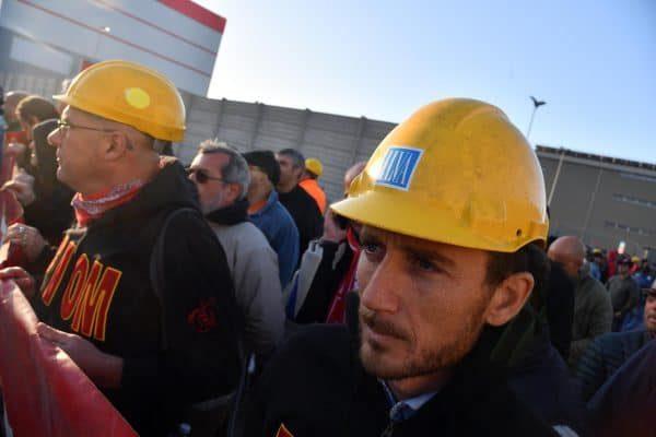 Un momento della manifestazione indetta dai sindacati dopo la presentazione del piano industriale dei nuovi proprietari dell`Ilva che prevedono 600 esuberi nel sito qenovese e migliaia nel resto del gruppo a Genova, 9 ottobre a 2017. ANSA/LUCA ZENNARO
