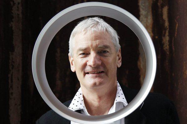 Der Ingenieur und Erfinder James Dyson praesentiert am Donnerstag, 25. Maerz 2010, in Hamburg den von ihm entwickelten fluegellosen Ventilator. Mit dem Namen Dyson verbinden die meisten Menschen einen handlichen Staubsauger in knalligen Farben und modernem Design. Das Besondere dabei: Das Geraet funktioniert ohne Beutel. Die Erfindung einer der erfolgreichsten Haushaltshilfen der vergangenen 20 Jahre hat James Dyson zu einem der 1.000 reichsten Maenner der Welt gemacht, nach Zaehlung des US-Magazin