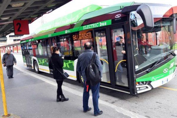 Il primo bus elettrico acquistato da Atm, l'azienda che gestisce il trasporto cittadino, Milano, 27 marzo 2018. ANSA/DANIEL DAL ZENNARO