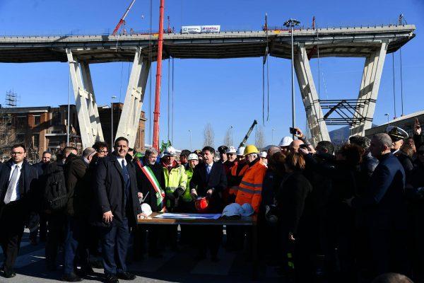 (S-D) Il presidente della Regione Liguria Giovanni Toti, il sindaco di Genova Marco Bucci e il premier Giuseppe Conte in occasione della partenza dei lavori di demolizione del ponte Morandi, Genova, 8 febbraio 2019. ANSA/LUCA ZENNARO