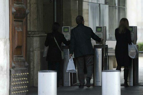 Dipendenti ministeriali varcano i tornelli d'ingresso a Roma in una foto d'archivio. ANSA / MAURIZIO BRAMBATTI
