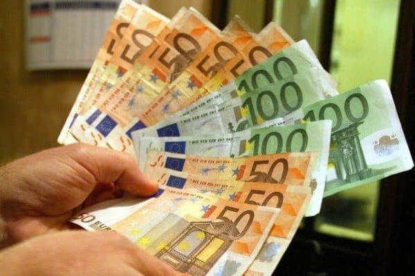 Un uomo tiene in mano alcune banconote di Euro, in una immagine di archivio. Il prodotto interno lordo dell'Italia nel secondo trimestre del 2010 e' aumentato dello 0,4% rispetto al trimestre precedente e dell'1,1% rispetto allo stesso periodo del 2009. Lo comunica l'Istat nella stima preliminare.ANSA/ETTORE FERRARI/DRN