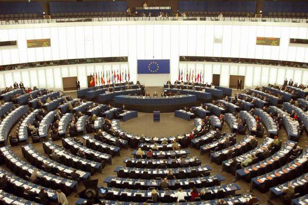 20040422 - STRASBURGO - POL - UE: PE; MEDIA, SI' AULA A RAPPORTO - Una panoramica d'archivio dell'aula dove si riunisce l'assemblea del parlamento europeo a Strasburgo. L'assemblea ha approvato la relazione sui media in Europa ed in Italia con 237 si, 24 no e 14 astenuti. Il testo del rapporto della liberale danese Johanna Boogerd Quaak, e' stato votato per paragrafi e dal testo sono stati tolti tutti i riferimenti nominali, cosi' come indicato dal presidente dell'Europarlamento Pat Cox. Il voto e' avvenuto in un'aula dove i banchi di Popolari e An erano semivuoti, anche se i parlamentari sono rimasti nell'emiciclo. I popolari ed il gruppo dell'Uem infatti avevano annunciato la decisione di non partecipare al voto sul rapporto. CLAUDIO ONORATI/ANSA/TO