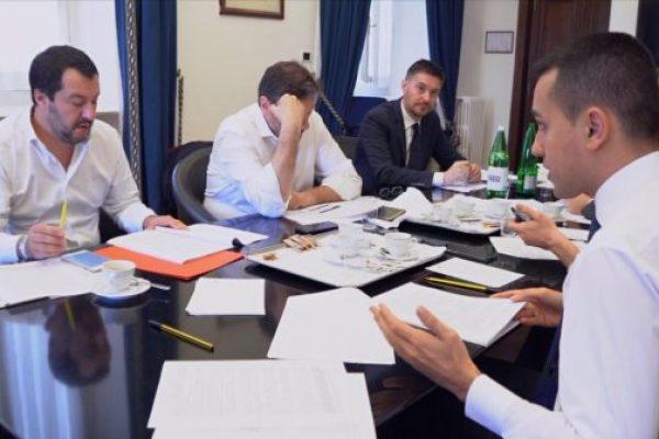 Matteo Salvini e Luigi Di Maio al tavolo della trattativa sul contratto di governo e sul nome del premier che guiderà l'esecutivo in una fermo immagine di un video diffuso dal Movimento Cinqua Stelle. Roma, 17 maggio 2018. ANSA/ FRAME VIDE M5S +++ NO SALES - EDITORIAL USE ONLY +++