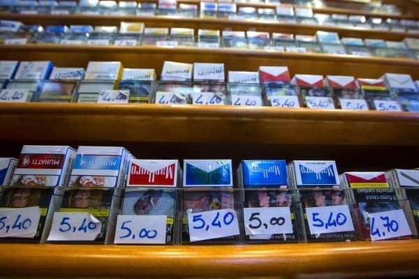 Pacchetti di sigarette in vendita in una rivendita di tabacchi , Roma, 28 aprile 2017. ANSA/ANGELO CARCONI