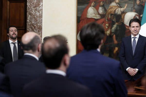 Matteo Salvini (S), ministro dell'Interno, e Giuseppe Conte, presidente del Consiglio, durante la cerimonia di giuramento dei sottosegretari a Palazzo Chigi, Roma, 13 giugno 2018. ANSA/RICCARDO ANTIMIANI