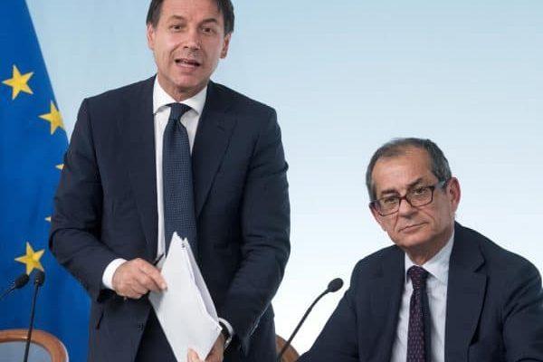 Il presidente del Consiglio, Giuseppe Conte (s) e il ministro dell'Economia e delle Finanze, Giovanni Tria, durante la conferenza stampa al termine del Consiglio dei ministri sul decreto legge