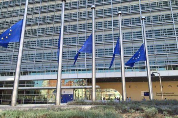 Bandiere a mezz'asta, sui palazzi della Commissione europea, in segno di lutto per il terremoto che ha colpito il reatino. Bruxelles 25 agosto 2016. ANSA / PATRIZIA ANTONINI