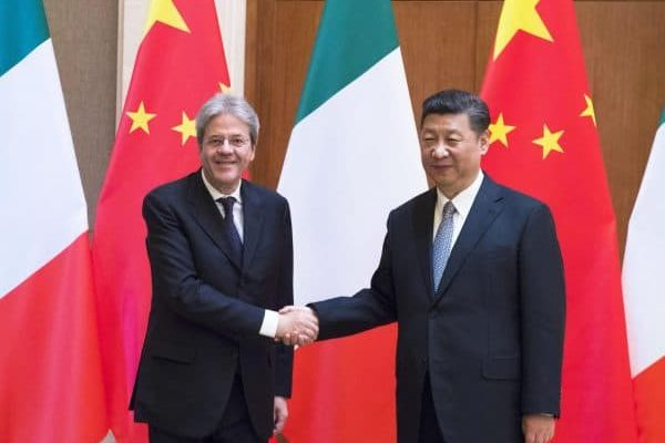 Il presidente del Consiglio Paolo Gentiloni incontra il presidente cinese Xi Jimping a Pechino, 16 maggio 2017. ANSA/TIBERIO BARCHIELLI/UFFICIO STAMPA PALAZZO CHIGI +++ ANSA PROVIDES ACCESS TO THIS HANDOUT PHOTO TO BE USED SOLELY TO ILLUSTRATE NEWS REPORTING OR COMMENTARY ON THE FACTS OR EVENTS DEPICTED IN THIS IMAGE; NO ARCHIVING; NO LICENSING +++