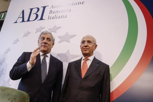 Il presidente del Parlamento europeo Antonio Tajani (s) e il presidente dell'Abi Antonio Patuelli nella sede dell'Abi durante la lectio magistralis di Tajani, Roma, 6 ottobre 2017. ANSA/GIUSEPPE LAMI