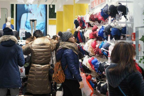 Un'immagine di negozi nel centro di Bologna, dove sono iniziati i saldi invernali, 5 gennaio 2017. ANSA/GIORGIO BENVENUTI