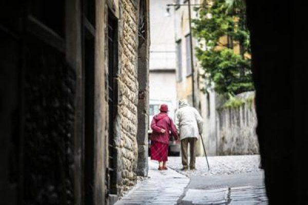 anziani in attesa dei vaccini