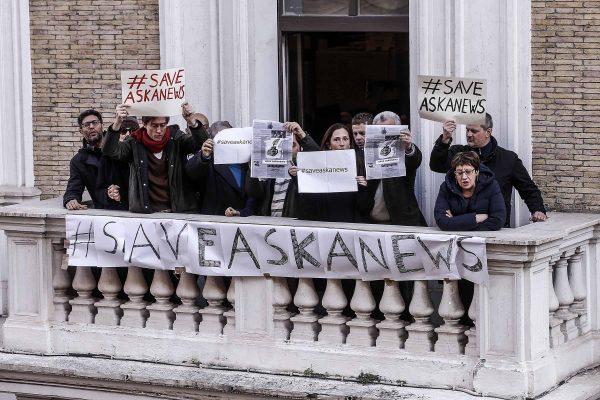I giornalisti dell'agenzia di stampa Askanews protestano dalla loro sede di fronte alla sala polifunzionale della Presidenza del Consiglio mentre il premier Conte lascia la onferenza stampa di fine anno con l'Ordine dei Giornalisti, Roma, 28 dicembre 2018. ANSA/RICCARDO ANTIMIANI
