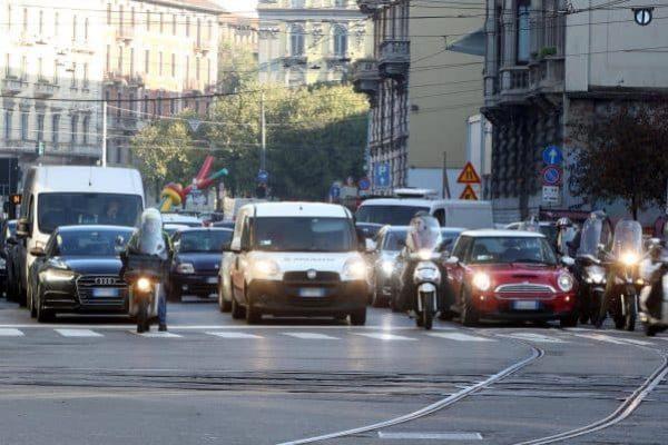 Alcune vetture transitano per via Carducci a Milano. Il traffico nel capoluogo lombardo è regolare nonostante lo sciopero generale del settore, Milano,10 Novembre 2017.ANSA / MATTEO BAZZI
