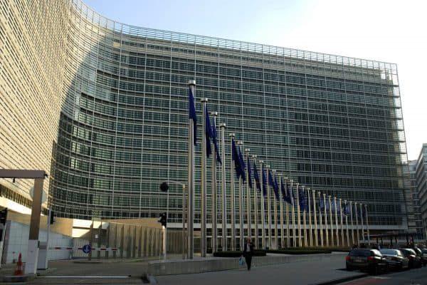 20070328 - BRUXELLES - CLJ - UE: INCHIESTA CORRUZIONE, ARRESTATI TRE ITALIANI. Una visuale esterna del palazzo sede della Commissione a Bruxelles. Tre italiani sono stati arrestati nell'ambito di un'inchiesta della procura belga su un presunto caso di corruzione. La magistratura belga non fornisce ufficialmente i nomi di persone sottoposte ad indagini, ma secondo quanto si e' appreso da fonti vicino al dossier gli arrestati sono il funzionario della Commissione Giancarlo Ciotti, 46 anni, l'imprenditore immobiliare Angelo Troiano, 60 anni, e l'assistente parlamentare, Sergio Tricarico, 39 anni. Tutti e tre sono stati fermati nella notte nelle loro abitazioni a Bruxelles dagli uomini dell'ufficio centrale per la  repressione della corruzione della polizia federale belga. Le accuse a loro carico sono quelle di corruzione, associazione a delinquere e falso. ANSA - DRN