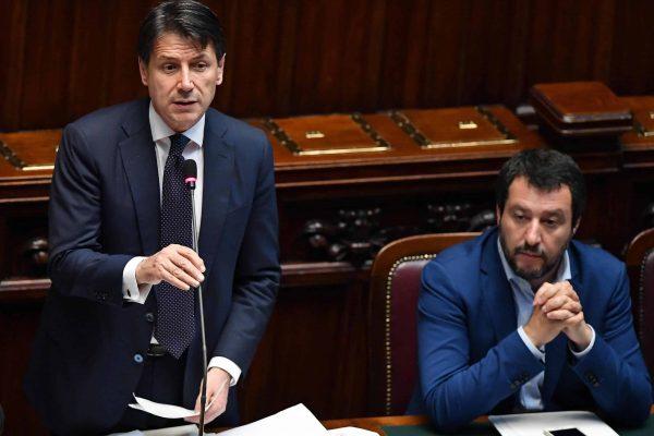 Il presidente del Consiglio, Giuseppe Conte (S), con il ministro dell'Interno e vicepremier Matteo Salvini (D), durante il dibattito alla Camera sul voto di fiducia al nuovo governo, Roma, 06 giugno 2018. ANSA/ETTORE FERRARI