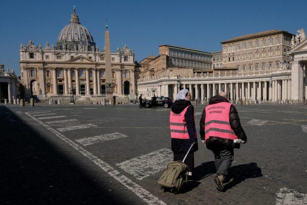 Volontari dell'elemosineria apostolica offrono assistenze e bevande calde ai senzatetto intorno a San Pietro, Roma, 19 marzo 2020.ANSA/ALESSANDRO DI MEO