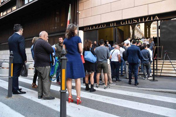 Luga coda per entrare a palazzo di Giustizia a Genova, dove questa mattina si svolge il primo incidente probatorio dopo il crollo di ponte Morandi. Genova, 25 settembre 2018. ANSA/LUCA ZENNARO