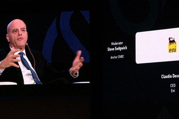 L'amministratore delegato di Eni, Claudio Descalzi, mentre parla a conferenza petrolifera