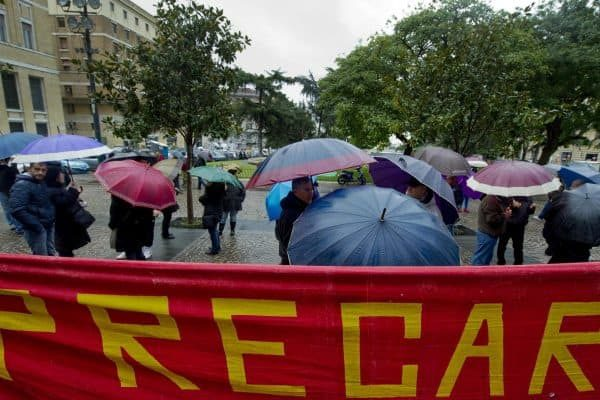 Striscioni esposti oggi 30 settembre 2012 dai disoccupati davanti al muncipio a Napoli. ANSA / CIRO FUSCO