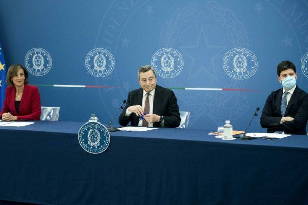 Il Presidente del Consiglio Mario Draghi (C) la ministra della Giustizia Marta Cartabia (S) e il ministro della Salute Roberto Speranza (D), durante la conferenza stampa al termine del Consiglio dei ministri, Roma, 22 luglio 2021.ANSA/Roberto Monaldo - POOL