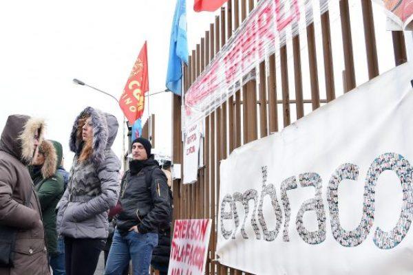 Un momento del presidio dei lavoratori dell'Embraco durante l'assemblea con il ministro Carlo Calenda davanti allo stabilimento a Riva di Chieri, Torino, 6 marzo 2018. ANSA/ALESSANDRO DI MARCO