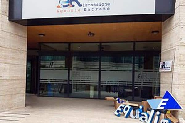 Le nuove insegne dell'Agenzia delle Entrate Riscossione che ha sostituito le insegne di Equitalia .ANSA/AGENZIA ENTRATE ANSA PROVIDES ACCESS TO THIS HANDOUT PHOTO TO BE USED SOLELY TO ILLUSTRATE NEWS REPORTING OR COMMENTARY ON THE FACTS OR EVENTS DEPICTED IN THIS IMAGE; NO ARCHIVING; NO LICENSING