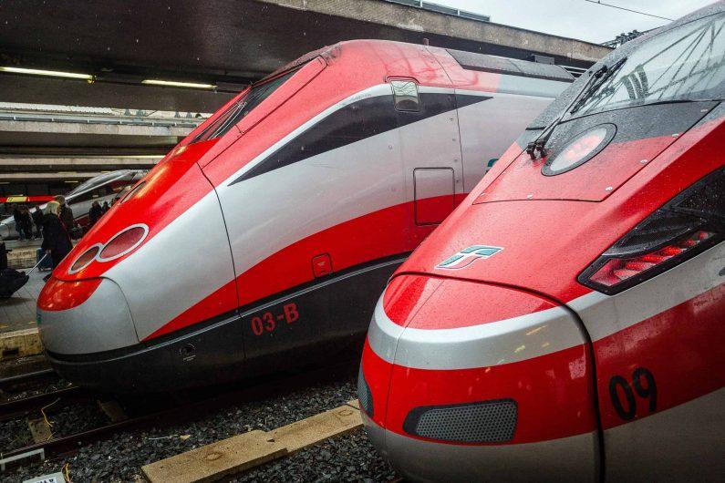 06 October 2018, Italy, Rom: High-speed trains of the Italian national railway company Trenitalia, FS ETR 500 (l) and Frecciarossa 1000 (r), are located at Roma Termini station. Photo: Fernando Gutierrez-Juarez/dpa-Zentralbild/ZB