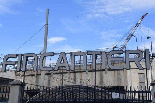 Un momento della manifestazione delle organizzazioni sindacali davanti ai cancelli della Fincantieri dopo la morte di Salvatore Lombardo, un carpentiere di 43 anni caduto da dieci metri mentre stava lavorando su una impalcatura nel bacino di carenaggio a Fincantieri a Sestri Ponente, 14 giugno 2018 ANSA/LUCA ZENNARO