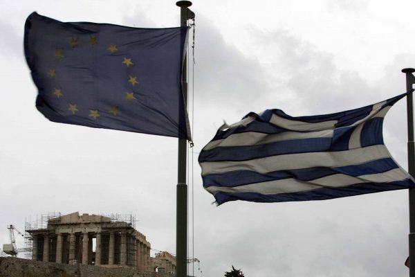 Il Partenone con la bandiere europea e greca EPA/SIMELA PANTZARTZI