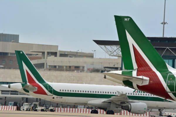 Due velivoli della compagnia Alitalia in sosta all'aeroporto
