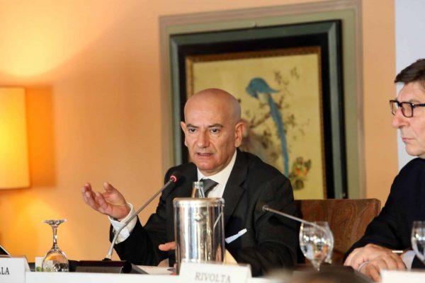 L'intervento di Mariano Bella, responsabile dell'Ufficio studi di Confcommercio, durante la conferenza stampa all'apertura del Forum su 'I protagonisti del mercato e gli scenari per gli anni 2000' a Villa D'Este, Cernobbio (Como), 18 marzo 2016. ANSA/ US CONFCOMMERCIO +++ ANSA PROVIDES ACCESS TO THIS HANDOUT PHOTO TO BE USED SOLELY TO ILLUSTRATE NEWS REPORTING OR COMMENTARY ON THE FACTS OR EVENTS DEPICTED IN THIS IMAGE; NO ARCHIVING; NO LICENSING +++