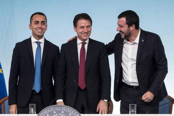 Il presidente del Consiglio Giuseppe Conte (C) con il ministro del Lavoro dello Sviluppo economico e vicepremier Luigi Di Maio (S) ed il ministro dell'Interno e vicepremier Matteo Salvini (D) durante la conferenza stampa al termine del Cdm a palazzo Chigi, Roma, 20 ottobre 2018. ANSA/ANGELO CARCONI