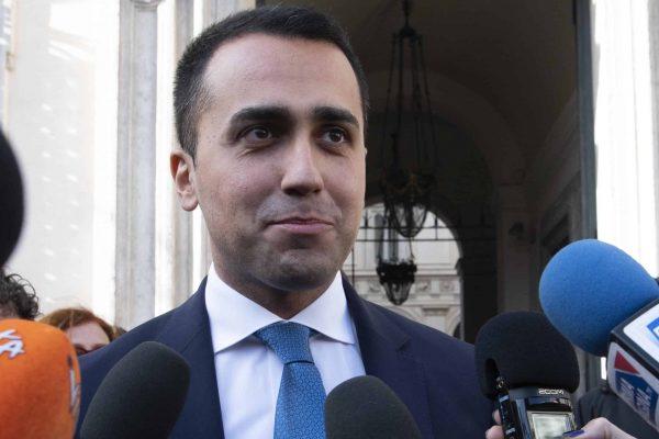 Il vicepremier e ministro Luigi Di Maio rilascia dichiarazioni ai giornalisti fuori Palazzo Chigi al termine dell'incontro con i sindacati a Roma, 15 marzo 2019. ANSA/MAURIZIO BRAMBATTI